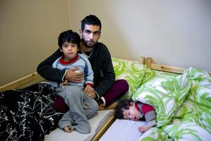 Familjen Ahmads fryser i deras lägenhet i Veda. Tvååriga dottern Zain är förkyld och hemma från förskolan. Pappa Alkajali och sonen, fyraårige Shihab, tycker att det är kallt. De har fått värmande filtar och kläder av frivilliga krafter från Högsjö församling.