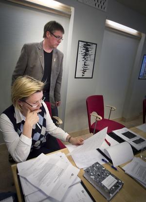 Centerns kommunalråd Caroline Schmidt och Socialdemokraternas oppositionsråd Mikael Löthstam är överens om en omedelbar åtstramning i ekonomin.