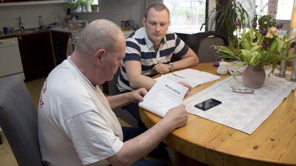 """Anders Lindström tecknade fyra avtal med Mobilarena Norden utan att inse det. """"Jag vill lyfta fram att konsumenten har ett oerhört bra skydd i konsumentköplagen"""", säger sonen Stefan G Larsson, som hjälpt honom i kontakt med företaget. Stefan G Larsson tipsar även om Telekområdgivarna, som ger opartisk och kostnadsfri konsumenthjälp för olika abonnemang."""