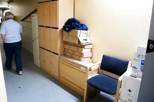 Utrymmen för förvaring saknas i polishuset.Så här ser det ut i vissa korridorer.