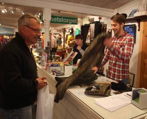 Andreas Ekberg hade full snurr på försäljningen av jaktkläder, ammunition och andra saker som är bra att ha på måndag när det smäller.