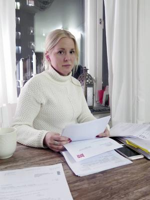 Veronica Gustavsson har ägnat åtskilliga timmar åt att göra polisanmälningar, ringa kreditupplysningar, webbshoppar och posten. Hittills utan resultat.