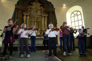 ett knappt 20-tal elever som lärt sig spela fiolm med hjälp av Suzukimetoden var med vid gårdagens gudstjänst. det var första gången som ett samarbete mellan elever som spelar fiol och orgel gjort i vårt land.