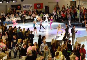 Fullt ös. Discotakterna hördes lång väg när dansarna släppte lös på golvet inne i Lindesberg Arena. Över 850 unga dansare försökte övertyga domarna i rikstävlingen arrangerad av Nerikes dansinstitut.