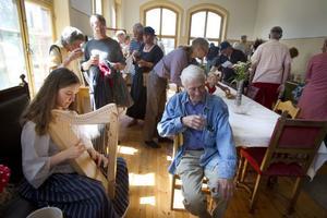 Nina Grigorjeva underhöll gäster med att spela keltisk harpa.