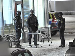 Två personer sköts till döds i Rinkeby i nordvästra Stockholm på fredagskvällen. Skottlossningen skedde inomhus på ett café.