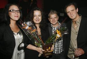 ÅRETS KROG. Monique Nilsson, Kristina Norlén, Marcus Palomäki och Niklas Johansson tog emot priset för årets krog som gick till Helt Enkelt. Dessutom fick Marcus Palomäki priset för årets kock.