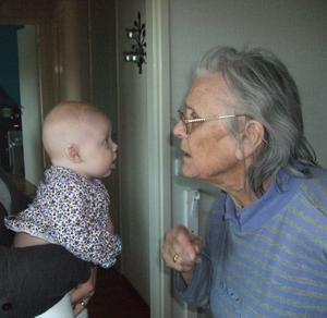 Ett underbart möte mellan generationerna. Det skiljer 90 år mellan släktens yngsta och äldsta. Visst syns det att de har mycket att säga varandra.