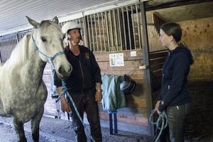 Karolina  Jonsson får instruktioner av Svante Johansson hur ponnyn Dolly ska sluta slå upp huvudet i dörrposten när hon leds genom dörrar.