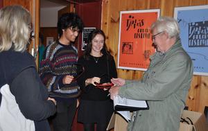 Kristoffer Saengsee-Eskilsson och Frida Bruman fick 3D-glasögon inför Apornas planet. Biljettkontroll och glasögonutdelning sköttes av Björg Wedin och Dennis Andersson.