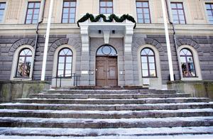 Ursprungligen fanns det fyra ingångar till rådhuset. Två av dem är rivna sedan länge. På den norra sidan gick bland andra borgmästaren in och från balkongen höll han sina vårtal och tog emot massornas hyllningar.
