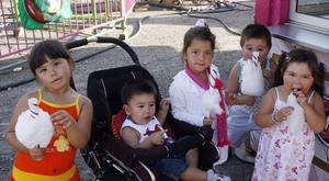 Irem, Huseyin, Berna, Kadir och Samantha var på plats med sina mödrar och åt sockervadd.