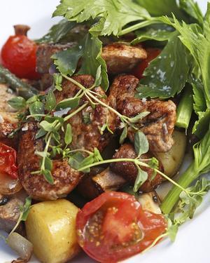 Bildtext 6: Fläskfilé från rapsgris, delikatesspotatisar, svamp, lök, tomater och selleri ger en ovanligt smakrik rätt.   Foto: Dan Strandqvist