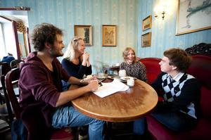 David Crosson, Karolina Westberg, Alexandra Andersson och Stefan Rämgård-Östlund pluggar samtliga i Uppsala och tar sig, som sig bör, en fika på Ofvandahls konditori.