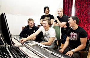 Studioarbete.  Tim Messenger ska spela på Getaway Rock i nästa vecka och har tillbringat de senaste dagarna i studion för att spela in några låtar.Foto: Stéfan Estassy