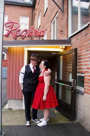 Som stora filmälskare kunde inte Susanne och Per Hedmark låta bli när de fick chansen att säga ja till varandra i biograf Reginas lokaler i Östersund.