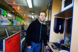 Micke Olsson brukar stå i Jämtröks vagn på Lillänge och sälja fisk. I går möttes han av en uppbruten dörr på sin arbetsplats.  Foto: Ulrika Andersson