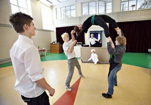 Varför använda hopprep när det finns tjejer? Isak Bergling och Sebastian Björklund-Ljung snurrar Erika Hansson i ett av numren.