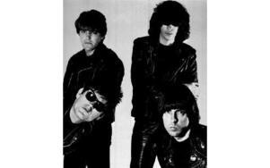 Punkbandet Ramones, Richie Ramone, vänster bak, Joey Ramone, höger bak, Dee Dee Ramone, vänster fram och Johnny Ramone, höger fram. Bilden är från juni 1986. Foto: Scanpix