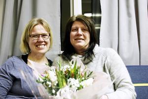 Maria Johansson och Marianne Åsberg har varit kollegor och vänner i drygt fem år. På fredagen överraskade Maria vännen Marianne med en tulpanbukett.