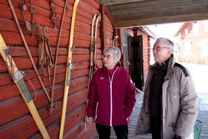 Nu. Clary Pettersson och Kalle Sandqvist minns vinterlekar från förr på hembygdsgårdens utställning