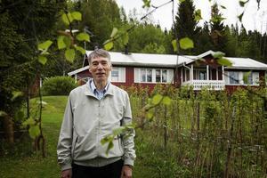 Huset där Kjell och Monica Larsson bor ligger bara ett stenkast från gården där han växte upp.