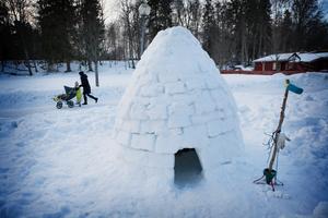 På Bagargränd i Sala kan man beskåda det här fina konstverket av snö.