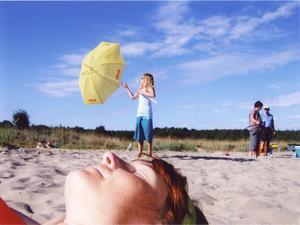 Bilden har humor och den är tagen ur ett perspektiv som gör att det känns som att man ligger bredvid på stranden. Härliga färger och fint djup i bilden. Kompositionen är ren, inga störande moment.