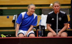 Emma Svärd (vänster) kombinerar fotboll och innebandy.