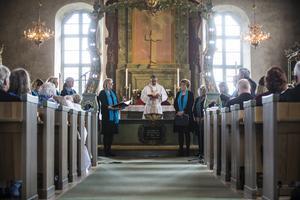 Genom de stora kyrkfönstren tittade solen in när Lars Stenman, tillsammans med församlingen, sjöng en psalm i Hede kyrka.