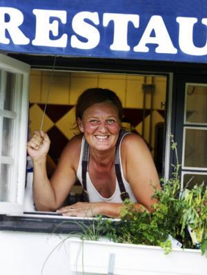 Annika Höglunds har arbetat hela sitt yrkesliv i restaurangbranschen. Sedan två år tillbaka driver hon Smedjan i Sörfors. Den 23 augusti är det sista dagen innan de stänger.