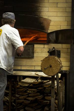Ugnarna eldas med gran och tall som har barken kvar – det är den som ger en rökig smak.