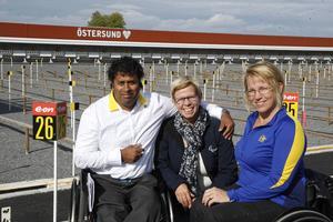 Skidstadion besöktes förstås av folket från den paralympiska rörelsen. Från vänster Dejdo Engmark, vice ordförande i Sveriges handikappidrottsförbund, Rita van Driel, styrelseledamot av IPC och Zandra Reppe, svensk aktiv i både bågskytte och curling.