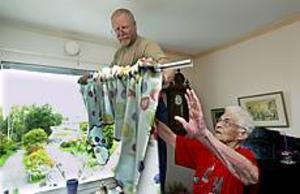 Foto: LEIF JÄDERBERG Gott samarbete. Ralf Sundbom tar ner gardinstången åt Margareta Engberg som inte själv kan kliva upp på några pallar.