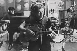 """Pugh Rogefeldt i studion med Georg """"Jojje"""" Wadenius och Jan """"Loffe"""" Carlsson 1969."""