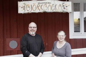 Projektledarna Örjan Lodin och Lena Kavallin framför ingången till Björkbacka.