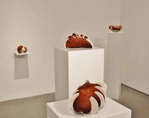 Bröd i porslin. Verk av Cecilia Jansson vid utställningen i New York.