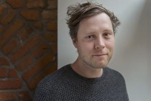 Max Porter har debuterat med en bok om sorg, där han beskriver en kråka.