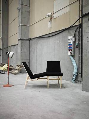 Sitt, ligg eller dela fåtöljen med en vän. Sandra Gustafsson mångsidiga fåtölj ingick i Beckmans utställning 1+1=2.