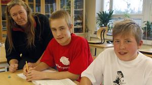 Daniel Karlsson, niondeklassare från Tandsjöborg och Daniel Wallberg, sjundeklassare från Los med sin stolta mattelärare Pia Enocson.
