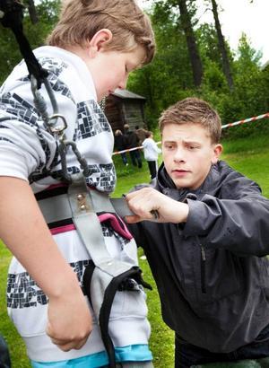 Marcus Sjölund tycker det är roligare att stanna i Lit och umgås med alla kompisar i stället för att åka in till stan. Här hjälper han Elias Eriksson med selen efter ett pass med High jump.