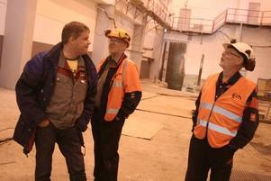 Framtiden. Pelletsfabriken invigs i oktober, och den blir landets största med 160000 ton per år. Örjan Larsson informeras av Ulf Olsson och Ove Ögren.
