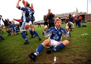 Norrettan 1999: Det är 15 år sedan GIF Sundsvall fick chansen att avancera upp i till Allsvenskan på hemmaplan. Då blev det en smärtsam 1–3-förlust mot Brommapojkarna och den senare än mer välbekante profilen Cain Dotson. Men Umeå FC:s Peter Olofsson sänkte samtidigt Assyriska och Magnus Henrysson & Co kunde skrika ut både lättnad och extrem glädje. GIF tog klivet upp.