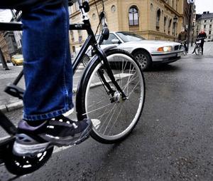 Signaturen FG påminner om hänsyn, ansvar och omdöme som finns med i körtkortsutbildningen för alla bilister, och att cyklisterna inte har något liknande lämplighetsintyg eller utbildning.