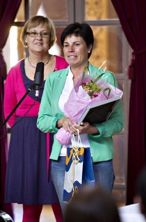 Distriktssköterskan Arja Prepula (till höger) fick stipendium av Lena Lundgren.