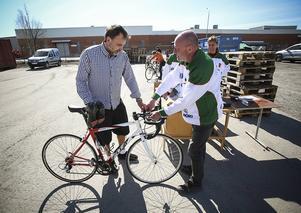 En nöjd cykelägare vid namn Tore Bergqvist, Östersund, och Mats Portinsson från Östersunds Bandysällskap.