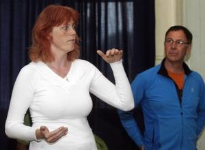 FÖRKLARING. Projektledarna Martina Schäfer och Jan Lundström berättade om varför det finns så mycket mygg, trots en lyckad första besprutning.