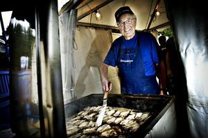 TRIVS BLAND FISKARNA. Under Cityfesten har Anders Grönlund stekt och serverat strömmingsburgare, tillsammans med 17 andra fiskare.