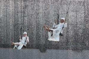 En magisk öppning av Turandot, där vitklädda barn gungar genom den strilande vattenridån.