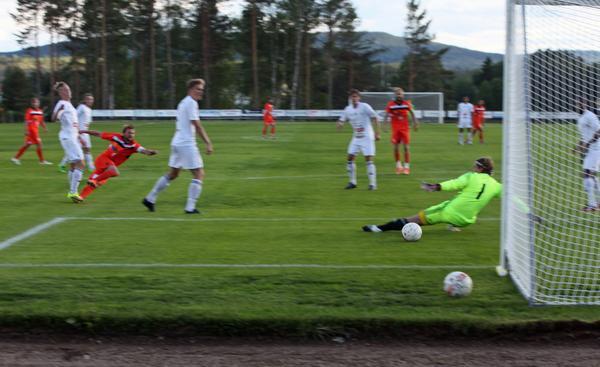 Alex Hainault rullar in 1-0 för YIK